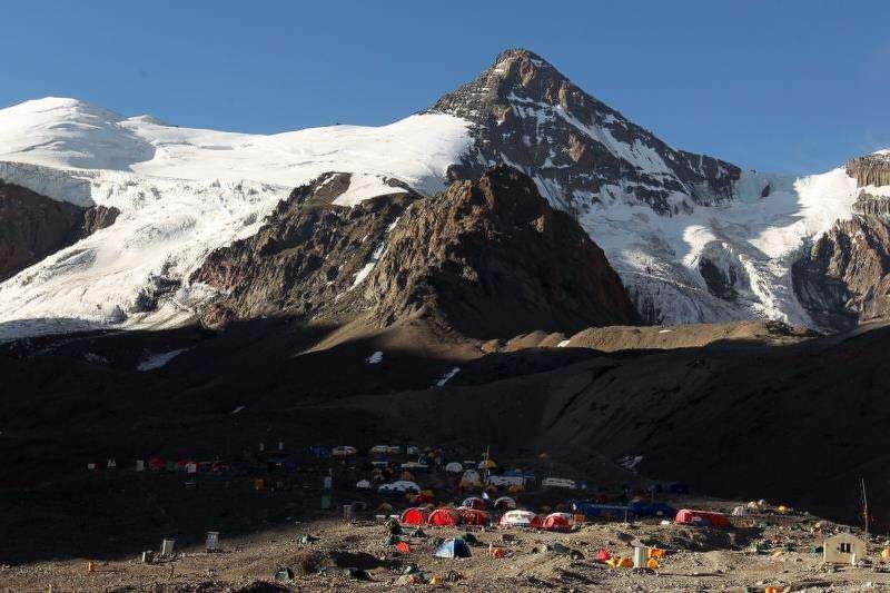 Vista general del campamento Plaza de Mulas, a 4300 metros sobre el nivel del mar, desde donde se parte para ascender al cerro Aconcagua en la provincia de Mendoza (Argentina). EFE/Archivo