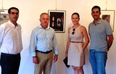 El Alcalde de Mutxamel, la Concejala de Juventud y los Concejales Servicios y el de Obras junto a la fotografía ganadora. Foto EPDA