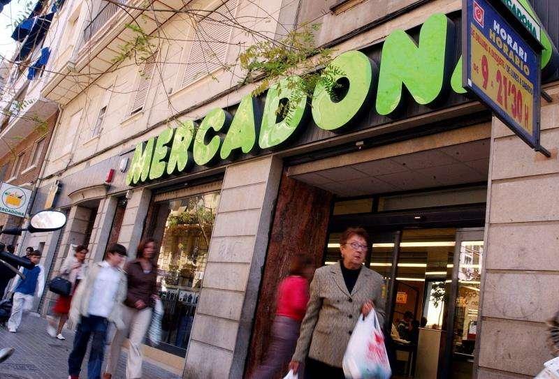 Varios clientes salen de un supermercado Mercadona en el centro de Valencia. EFE/Archivo