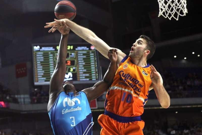 El ala pivot colombiano del Movistar Estudiantes Juan Palacios (i) entra a canasta ante el pívot estadounidense del Valencia Basket Mike Tobey . EFE/Archivo