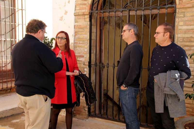 El alcalde y concejales de Estivella con la diputada provincial en el municipio. EPDA
