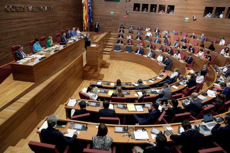 El president de la Generalitat, Ximo Puig, responde, en el pleno de Les Corts Valencianes, a preguntas de los grupos parlamentarios. EFE