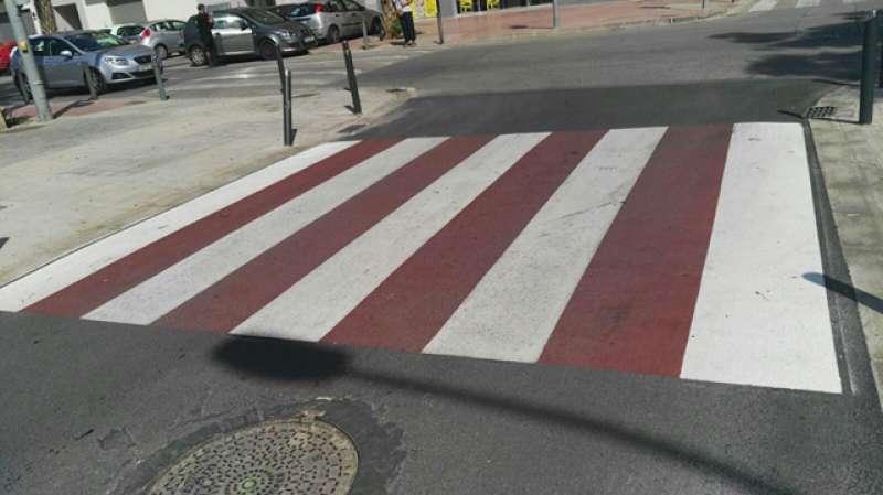 Paso de peatones peligroso porque hay peligro de caída, según denuncia el PP. FOTO EPDA