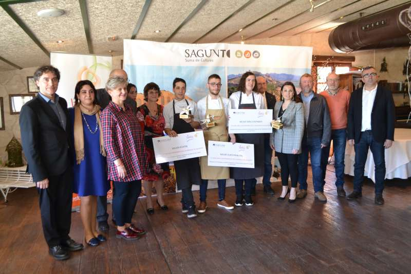 Los ganadores de la VI edición del Concurso Gastronómico de la Naranja de Sagunt con jurado y políticos. EPDA