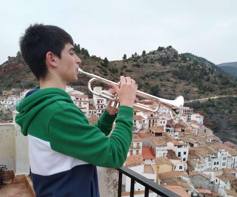 El joven, enla terraza de su casa en Villahermosa del Río. EPDA