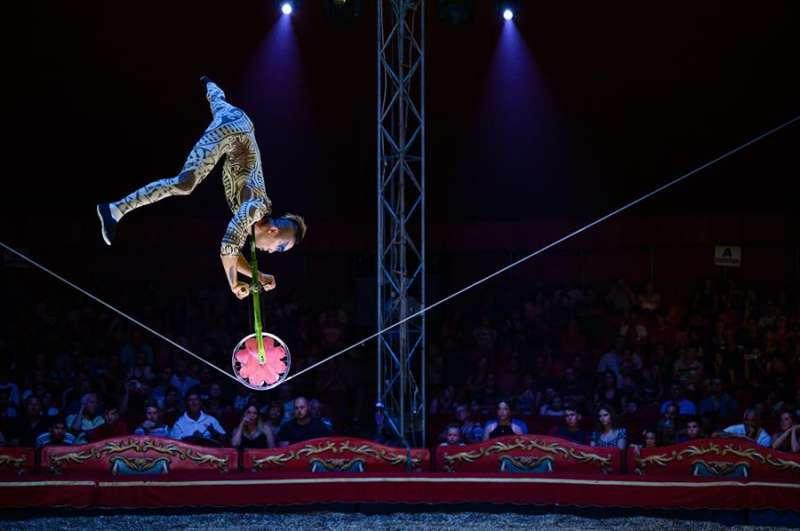 Artista de cuerdas en un espectáculo circense. EFE.