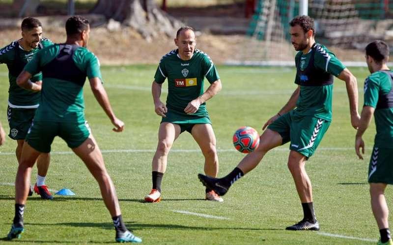 La plantilla del Elche se ejercita ante la vuelta de la competición en Segunda división, en una imagen facilitada por el club ilicitano. EFE