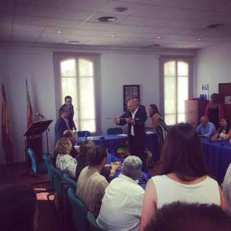 El nuevo alcalde de Rocafort, Víctor Jiménez, entrega la vara de mando a sus compañeros. EPDA