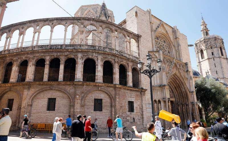 Vista general, hoy, de la fachada de la renacentista de la Lonja de los Canónigos, del siglo XVI recayente a la plaza de la Virgen, sobre cuyo riesgo de