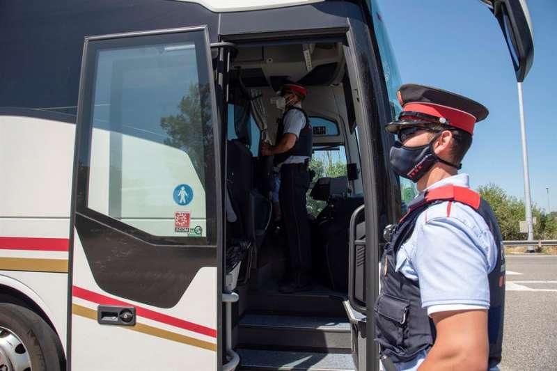 Control policial en la carretera N240 del la comarca del Segria, utilizadaa para ir a las playas de Tarragona. EFE/Ramón Gabriel