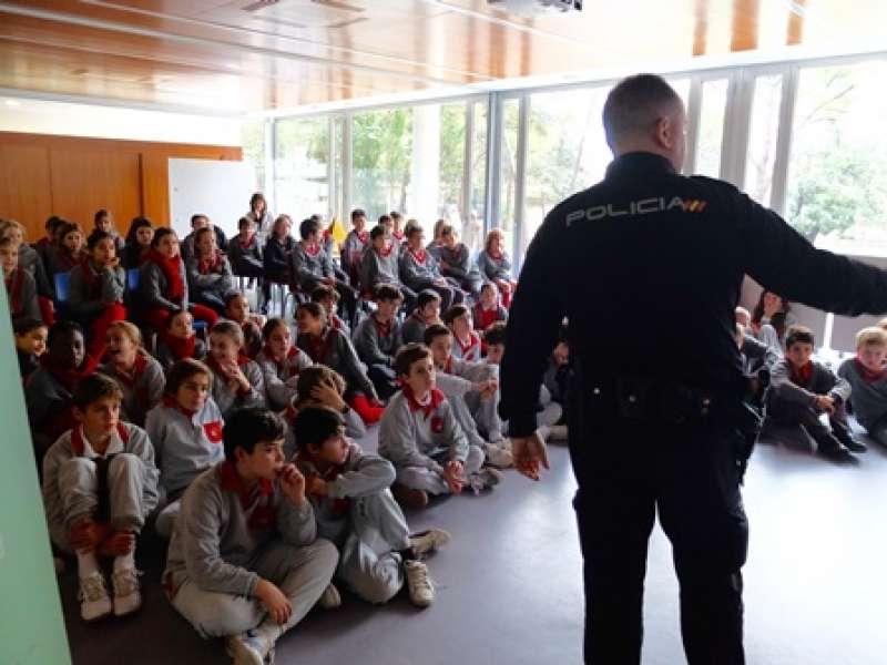 Un agente explica a los alumnos los peligros de la Red. EPDA