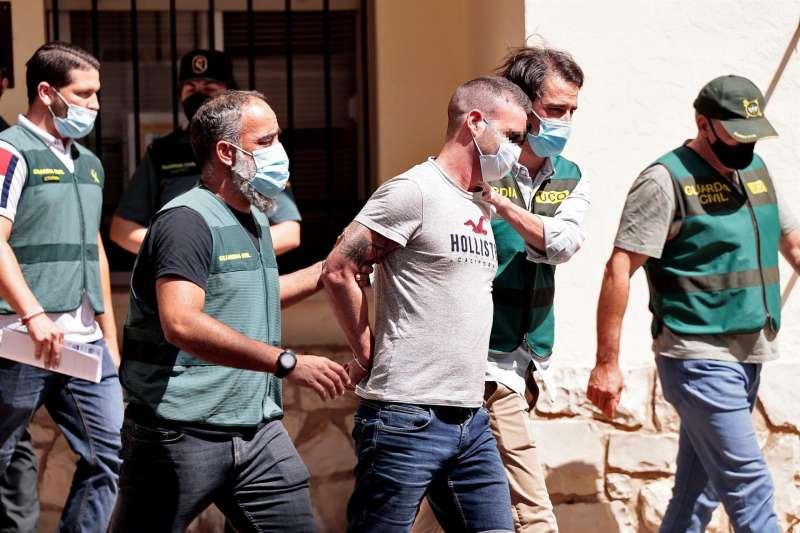 Agentes de la Guardia Civil trasladan a David S.O., por el asesinato de Wafaa Sebbahe.