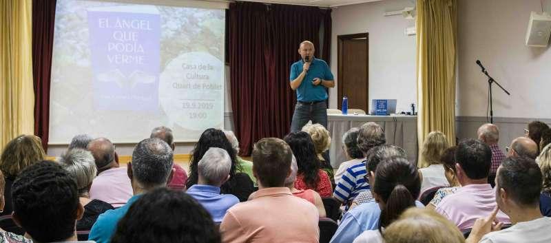 Luis Crespo durante la presentación de su novela