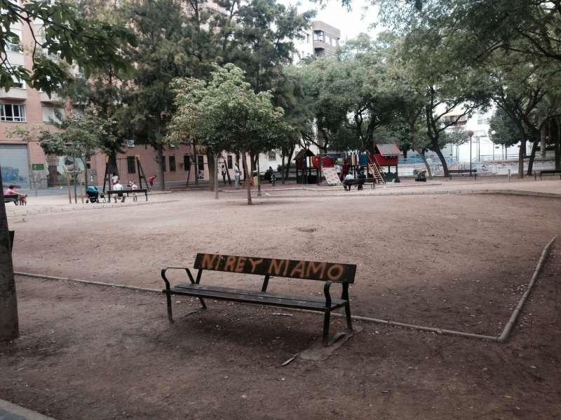 Banco pintado en la plaza Manuel Granero de Ruzafa. FOTO EPDA