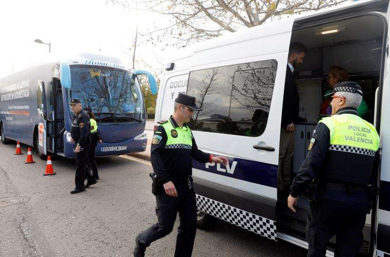 Agentes de la Policía Local ante al autobús de HazteOír