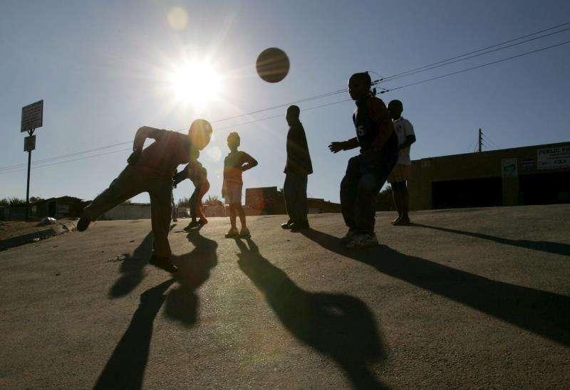 Unos niños juegan al fútbol en su barrio. EFE/Archivo