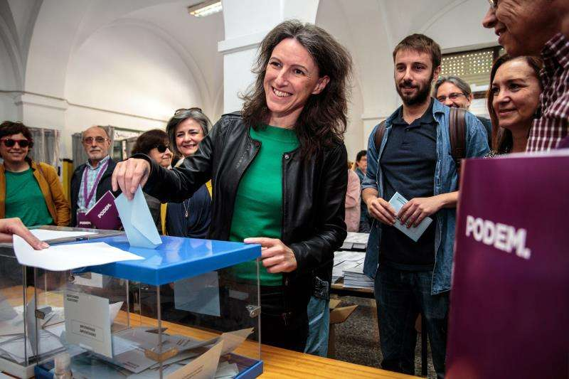 María Oliver, de Unides Podem-EUPV, ejerce su derecho al voto durante la jornada electoral del domingo. EFE