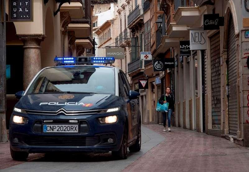 Miembros de la Policía Nacional patrullan una calle. EFE/Archivo