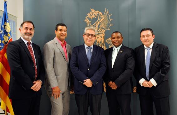 Medina, en el centro, con alcaldes de la República Dominicada. FOTO ABULAILA