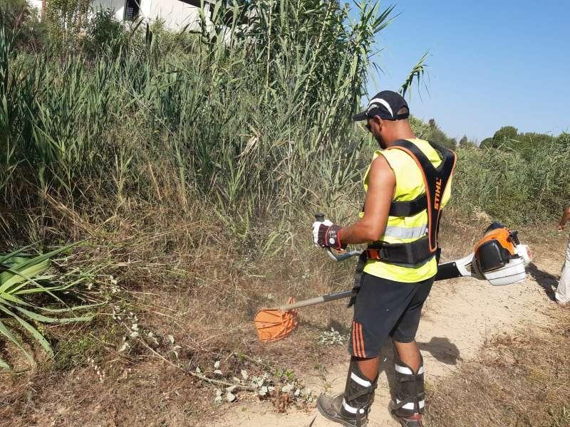 Uno de los trabajadores con la prevención forestal. EPDA