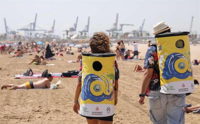 Dos educadores ambientales con las mochilas recolectoras