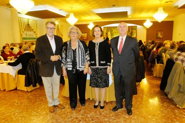 El alcalde Ramón Marí, la presidenta Junta Local Mª Ángeles Jordá y el presidente Junta Provincial Tomás Trénor, junto a su pareja. FOTO: EPDA