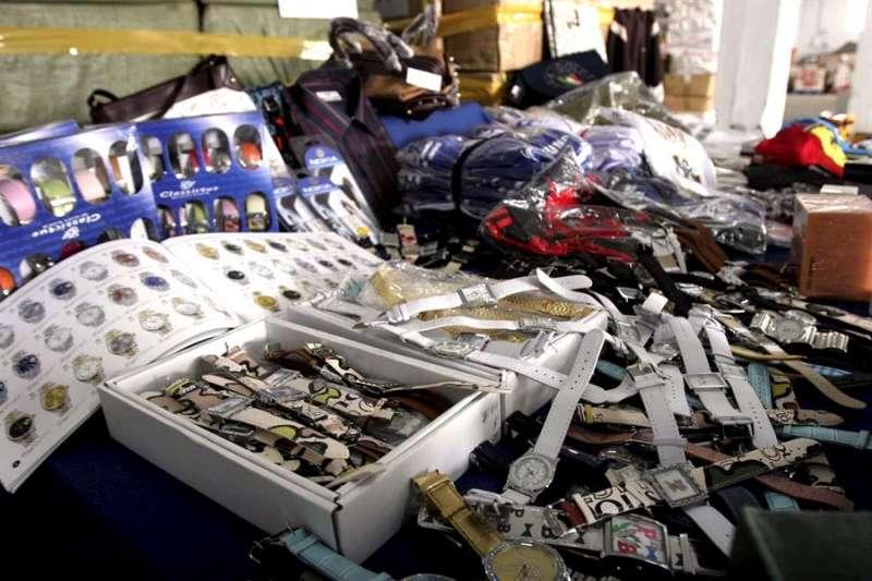 Mercancía falsificada intervenida en una operación policial. EFE/JESUS DOMINGUEZ/Archivo