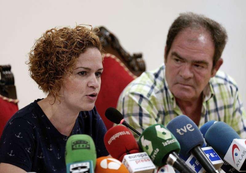 La hermana de la fallecida, Raquel Garrido, junto a su padre, Ramón Garrido. EFE/Archivo
