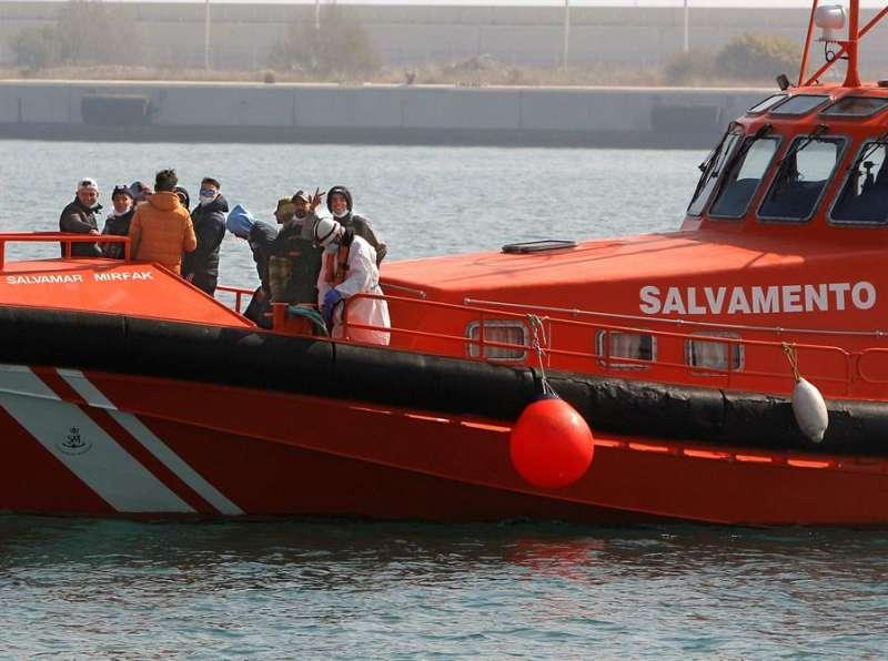 Inmigrantes rescatados ayer en Alicante cuando navegaban en una patera de pequeñas dimensiones a unas 25 millas de la costa sur. EFE