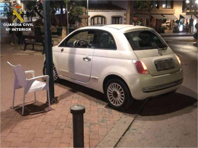 Foto cedida por la Guardia Civil del coche con el que un conductor arrolló la terraza de un restaurante de Xàbia.