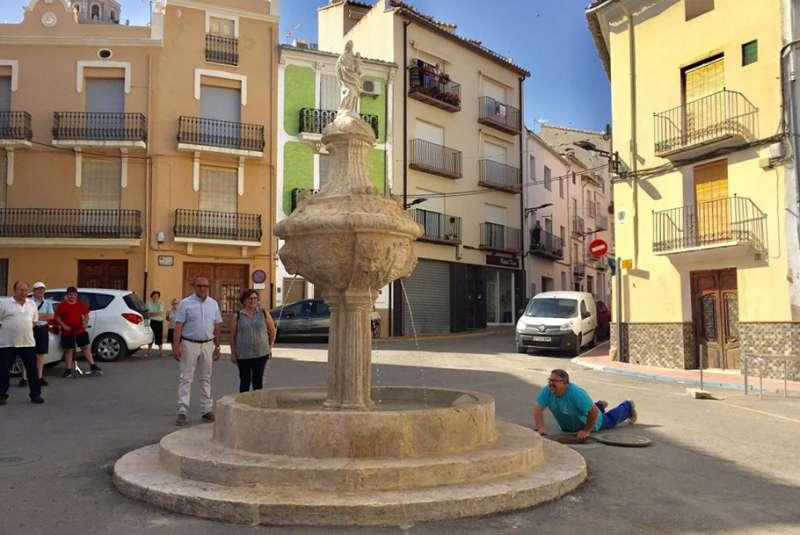 Martín y Simón en la llegada del agua a la fuente
