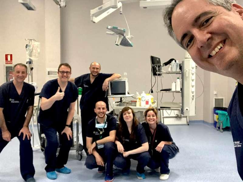 En primer plano, José Ignacio Redondo junto al equipo de Anestesiología Veterinaria de la CEU UCH, y José Miguel Alonso, anestesiólogo de La Fe y director del proyecto ACUTE-19 (segundo por la dcha.)