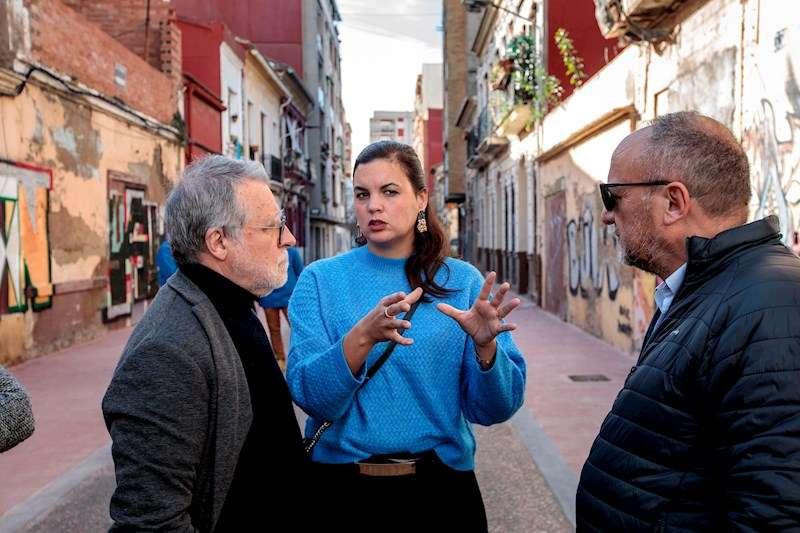 La vicealcaldesa de València, Sandra Gómez junto al gerente del Plan Cabanyal-Canyamelar, Vicente Gallart y el coordinador de Urbanismo en el Ayuntamiento de Valencia, Rafael Rubio. EFE
