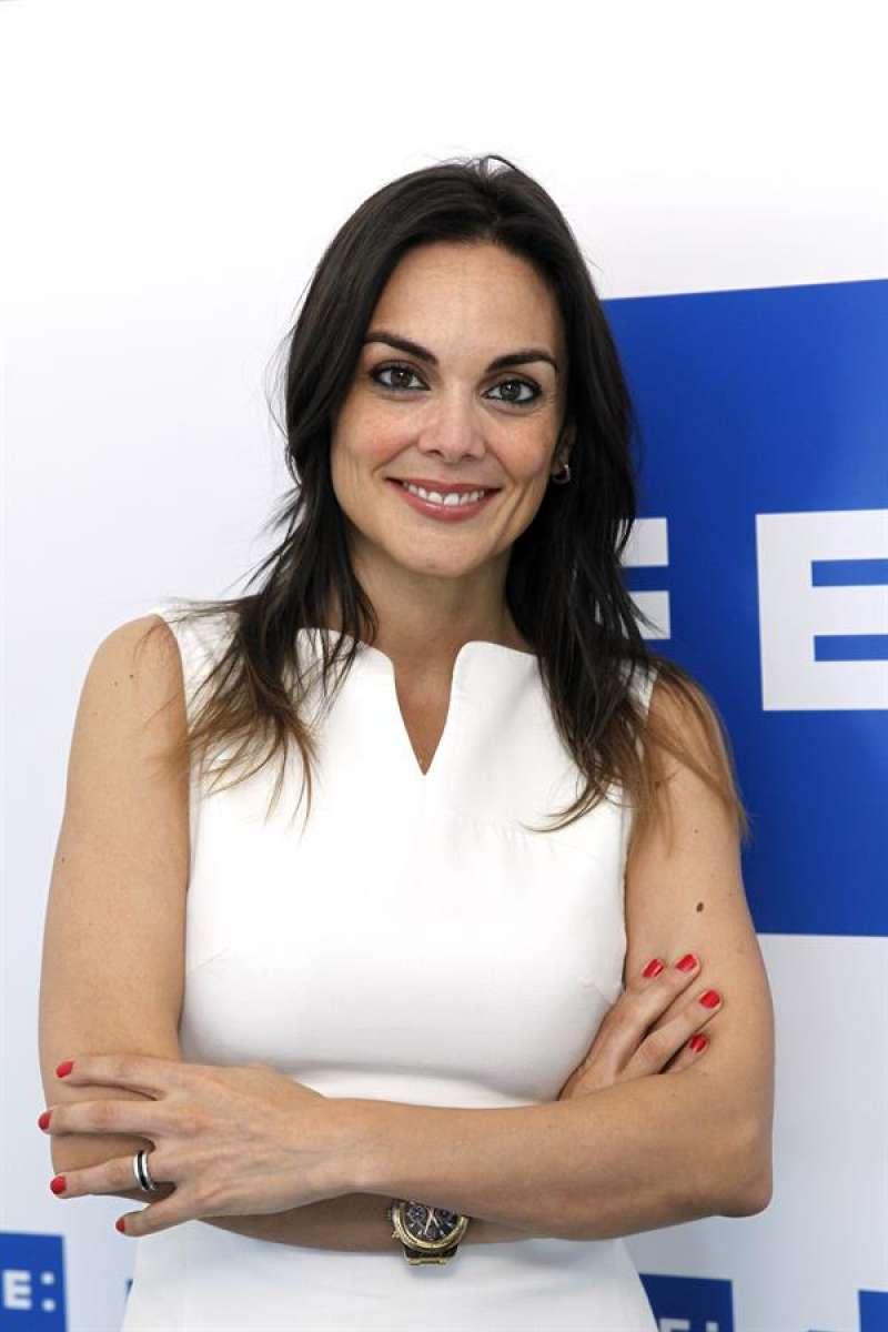 Imagen de archivo de la periodista Mónica Carrillo durante una visita a la Agencia EFE//Ángel Díaz