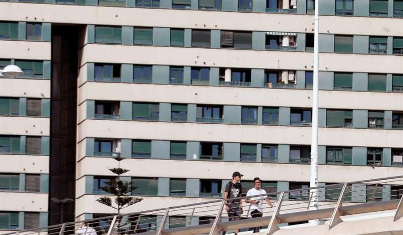 El ingreso medio anual de los valencianos se situó en 2019 en los 10.611 euros (379 euros más que un año antes), mientras que la tasa de riesgo de pobreza alcanzó el 27 % (bajó 3,2 puntos) y la población en riesgo de exclusión social (tasa Arope) fue el 23,7 % (2,3 puntos menos que en 2018).EFE/ Juan Carlos Cárdenas
