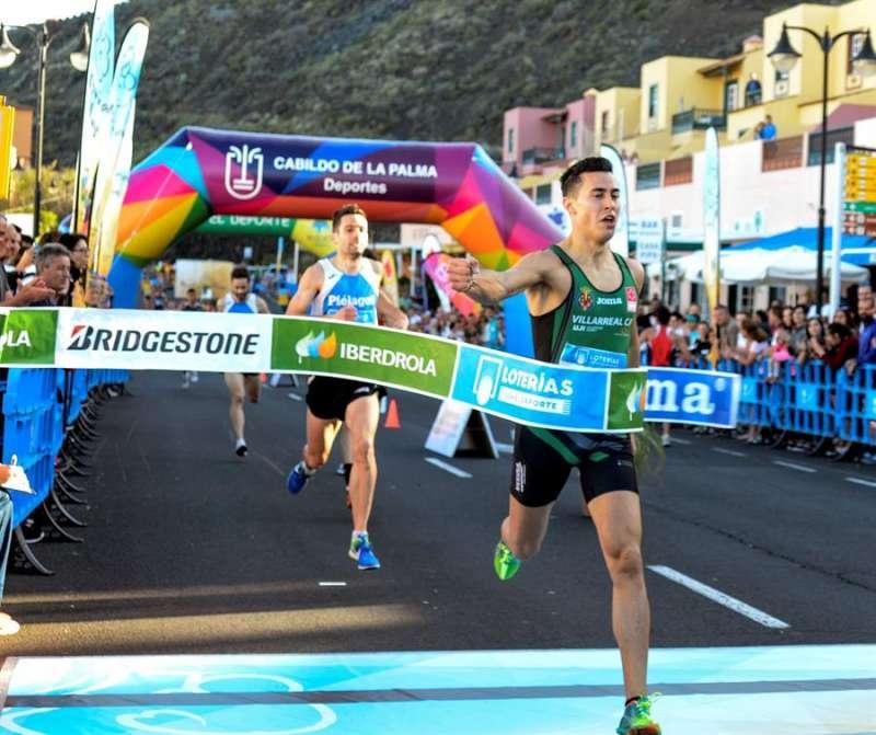 El atleta del Playas de Castellón Víctor Ruiz cruza la meta en una prueba. EFE/Archivo