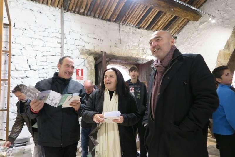 Xavier Rius con la alcaldesa Alicia Pérez durante la reapertura del Museo Etnológico de Alpuente.
