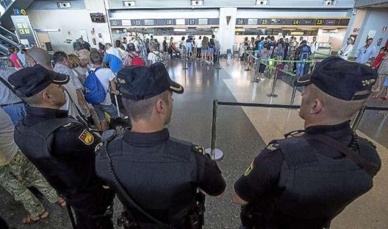 Policías Nacionales en el aeropuerto de Manises