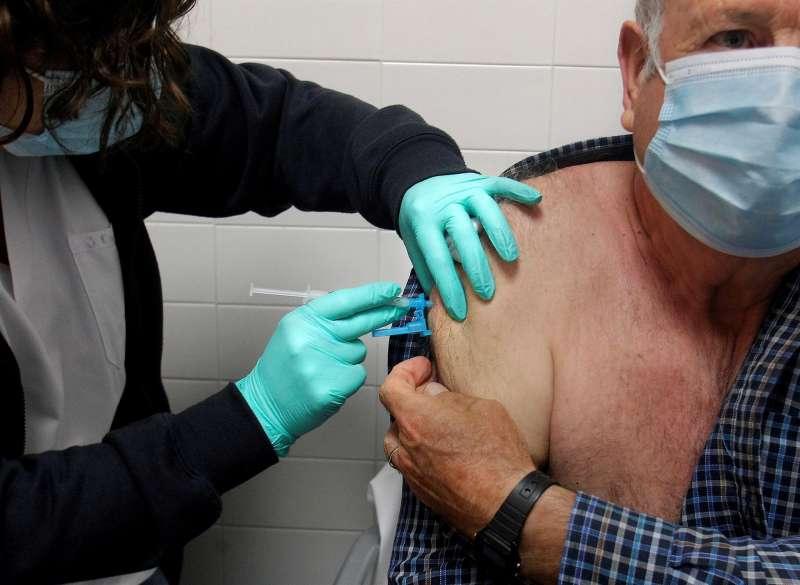 Una persona recibe la vacuna de Jansen