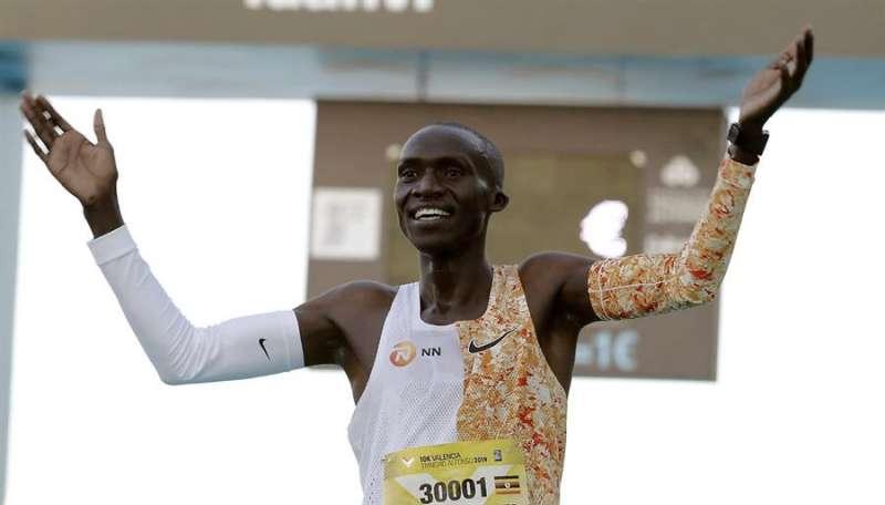 El atleta ugandés Joshua Chipatgei ha batido el récord del mundo de 10K en la última edición de la 10K Valencia, que se celebra de forma paralela al Maratón de Valencia. EFE/ Juan Carlos Cárdenas