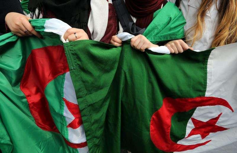 Estudiantes protestan en contra el presidente Abdelaziz Buteflika en Argel (Argelia), en una imagen de este martes. EFE