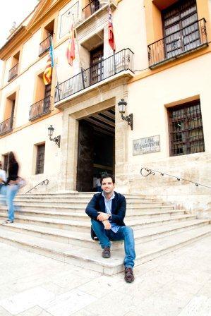 El portavoz socialista en la puerta del Ayuntamiento de Paterna.