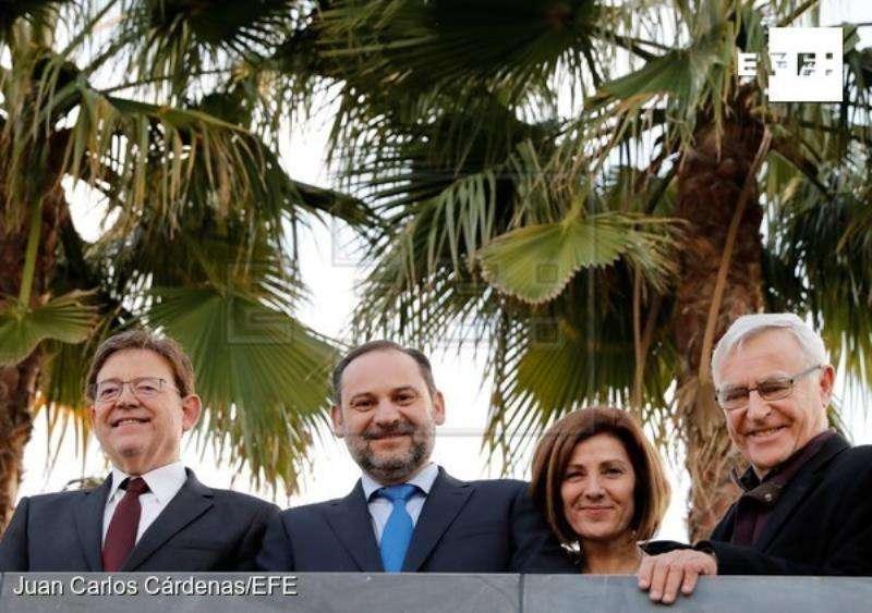 El Ministro de Fomento, José Luis Ábalos, (c), el president de la Generalitat, Ximo Puig (i), el alcalde de València, Joan Ribó (d) y la concejala Maite Guirau, durante la inauguración del Parque Central