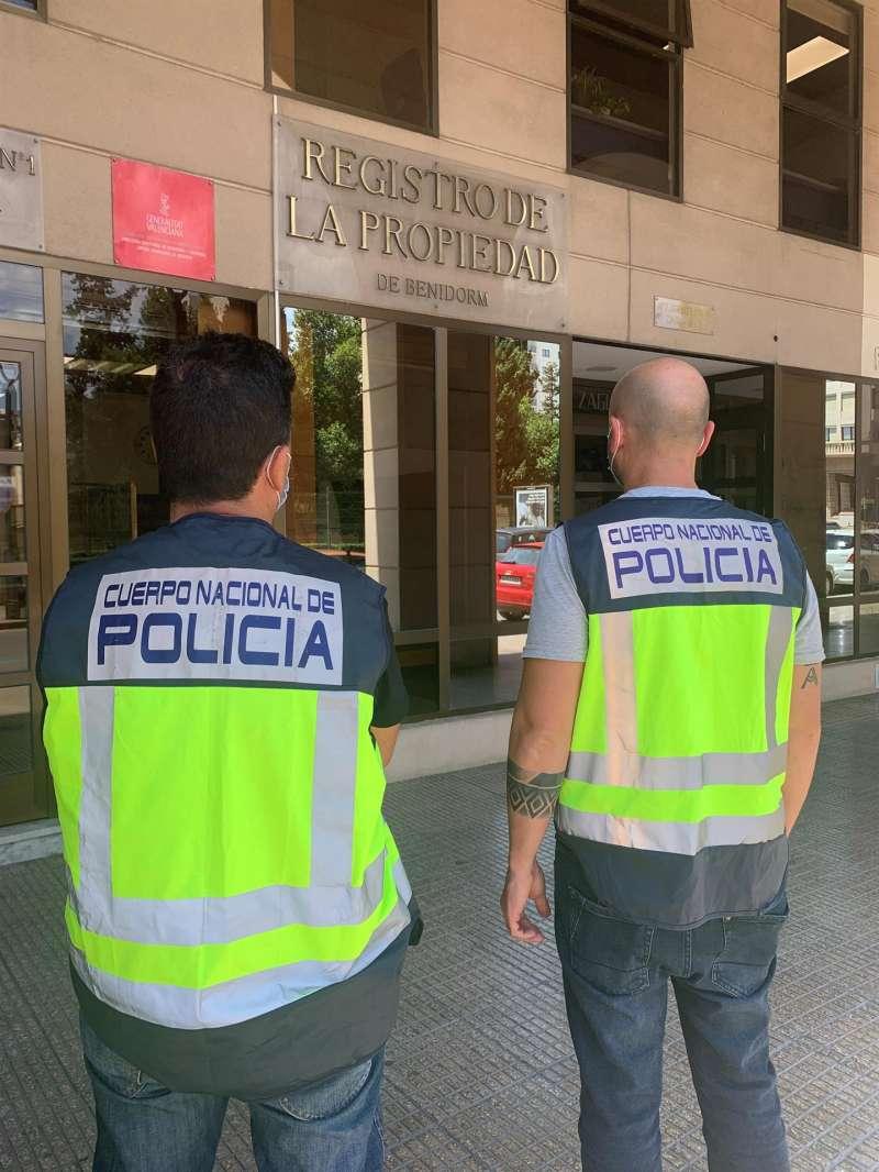 Agentes de la Policía que han investigado la estafa del dueño de una imobiliaria de Benidorm. EFE