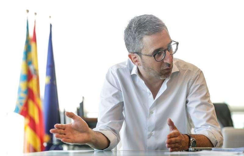 El conseller de Política Territorial, Obras Públicas y Movilidad, Arcadi España, durante la entrevista. EFE