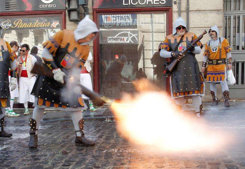 Un festero dispara con su trabuco en las calles de Alcoy (Alicante) durante las fiestas de Moros y Cristianos. EFE/Archivo