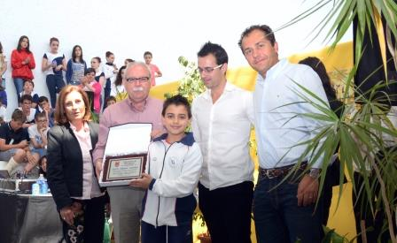Momento de la entrega de la placa a Sento Girona. Foto: EPDA.