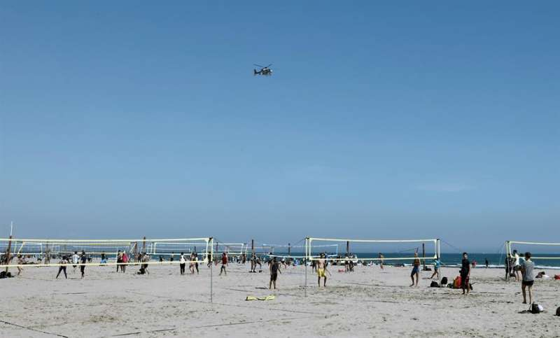 Un helicóptero de la Policia Nacional sobrevuela la playa de la Malvarrosa, en Valencia.EFE