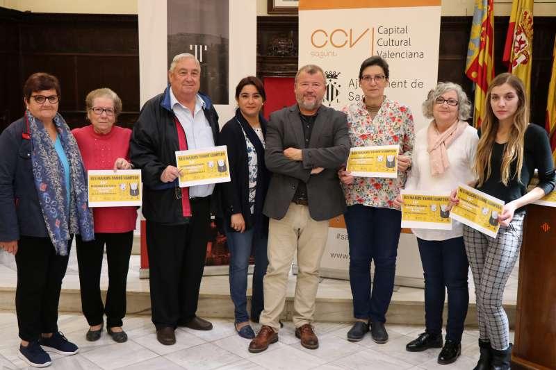 El alcalde y la concejala de Mayores de Sagunt con los mayores en la presentación de la Semana Cultural de las Personas Mayores. EPDA