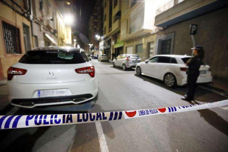 Agentes de la Policía Local han acordonado el escenario de un suceso. EFE/Archivo